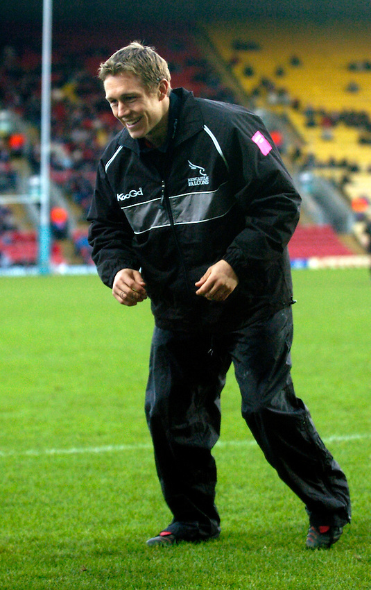 Photo: Richard Lane..Saracens v Newcastle Falcons. Powergen Cup. 19/12/2004..Jonny Wilkinson warms up.