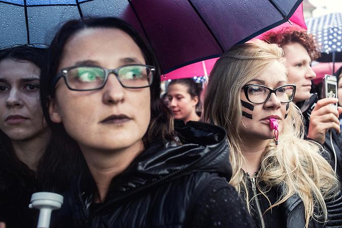 Warschau, Polen, 03.10.2016, Tausende Frauen legten die Arbeit aus Protest gegen die &Auml;nderungen des Abtreibungsgesetzes nieder und demonstrierten in vielen St&auml;dten des Landes/  <br /> Thousands of women all over the country refused to work in protest against changes in abortion law and demonstrate in many polish cities.
