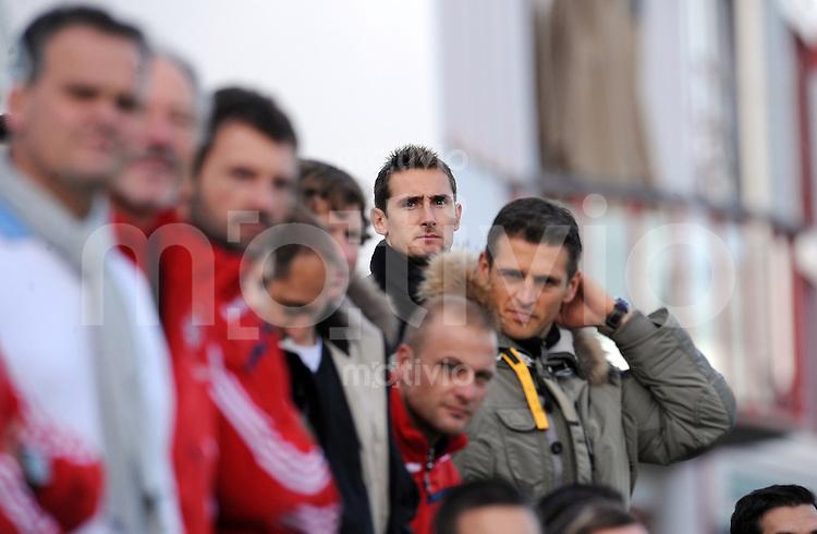 Fussball 1. Bundesliga :  Saison   2009/2010     13.11.2009 Testspiel: FC Bayern Muenchen , Bayern II - Juniorenauswahl Holland Miroslav Klose mit Torwart Hans Joerg Butt (FCB)