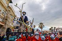 """Europe, Italy, Tuscany, Viareggio, the figures of the """"Aspettando Godot"""" chiariot of Alessandro Avanzini, ready to start the parade"""