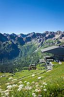 Germany, Bavaria, Upper Allgaeu, Oberstdorf: Fellhorn cable car summit station and Allgaeu Alps | Deutschland, Bayern, Oberallgaeu, oberhalb Oberstdorf: die Gipfelstation der Fellhornbahn vor den Allgaeuer Alpen