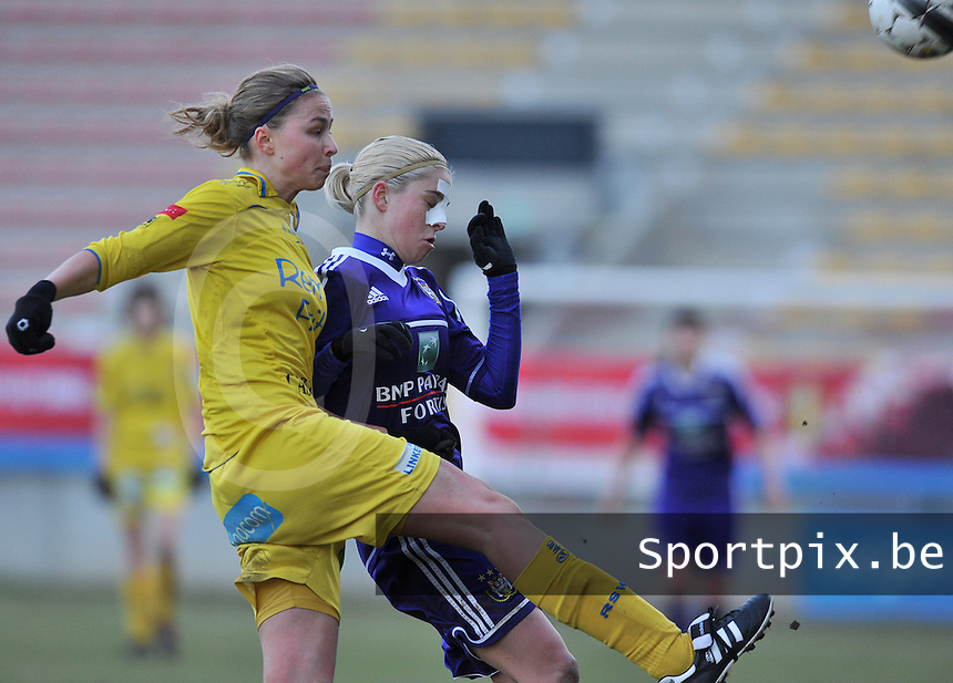 Waasland Beveren Sinaai Girls - RSC Anderlecht : duel tussen Anouk Bonnarens (links) en Stephanie Van Gils .foto DAVID CATRY / Nikonpro.be