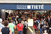SAO PAULO, SP, 28-02-2014, MOVIMENTACAO RODOVIARIA TIETE. Ja e grande a movimentacao de passageiros no Terminal Rodoviario do Tiete, na saida dos paulistanos para o feridado de Carnaval. Luiz Guarnieri/ Brazil Photo Press.