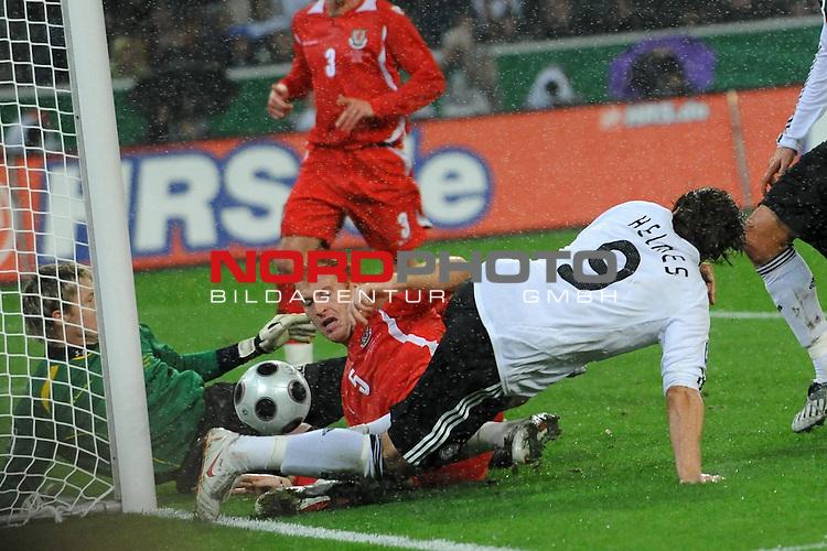 Fussball, L&auml;nderspiel, WM 2010 Qualifikation Gruppe 4 in M&ouml;nchengladbach ( Borussia Park ) <br />  Deutschland (GER) vs. Wales ( GB )<br /> <br /> Patrick Helmes ( GER / Bayer 04 Leverkusen #09 ) scheitert an al05 und Wayne  Hennessey (Wales #01) re Michael Ballack (Ger /  Chelsea London #13)<br /> <br /> Foto &copy; nph (  nordphoto  )<br />  *** Local Caption ***