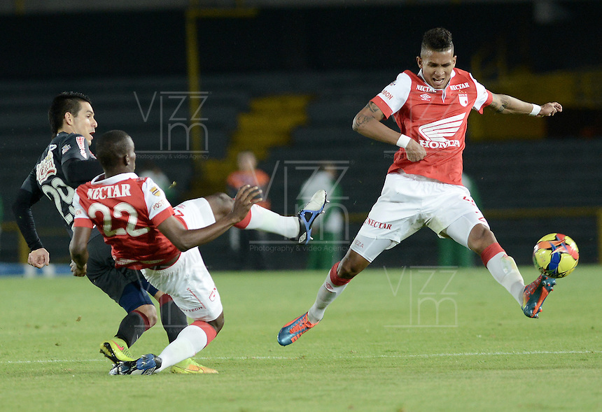 BOGOTÁ -COLOMBIA, 30-10-2014. Francisco Meza (Der) y Dairon Mosquera (C) jugadores de Independiente Santa Fe disputa el balón con Jorge Andres Aguirre (Izq) jugador de Atlético Junior durante partido de vuelta por la semifinal de la Copa Postobón 2014 jugado en el estadio Nemesio Camacho El Campín de la ciudad de Bogotá./ Francisco Meza (R) and Dairon Mosquera (C) players of Independiente Santa Fe vies for the ball with Jorge Andres Aguirre (L) player of Atletico Junior during second leg match for the semifinal of Postobon Cup 2014 played at Nemesio Camacho El Campin stadium in Bogotá city. Photo: VizzorImage/ Gabriel Aponte / Staff