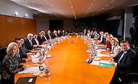 Berlin, Die neuen Kabinettsmitglieder um Bundeskanzlerin Angela Merkel (CDU) und Bundeswirtschaftsminister und Vizekanzler Sigmar Gabriel (SPD) am Dienstag (17.12.13) im Bundeskanzleramt bei der ersten Kabinettssitzung der neuen Bundesregierung.<br /> Foto: Steffi Loos/CommonLens