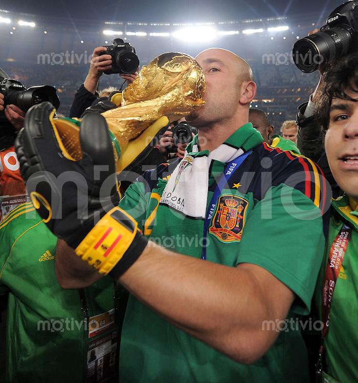 FUSSBALL WM 2010  FINALE   11.07.2010 Holland - Spanien Pepe REINA (Spanien) jubelt mit dem WM Pokal