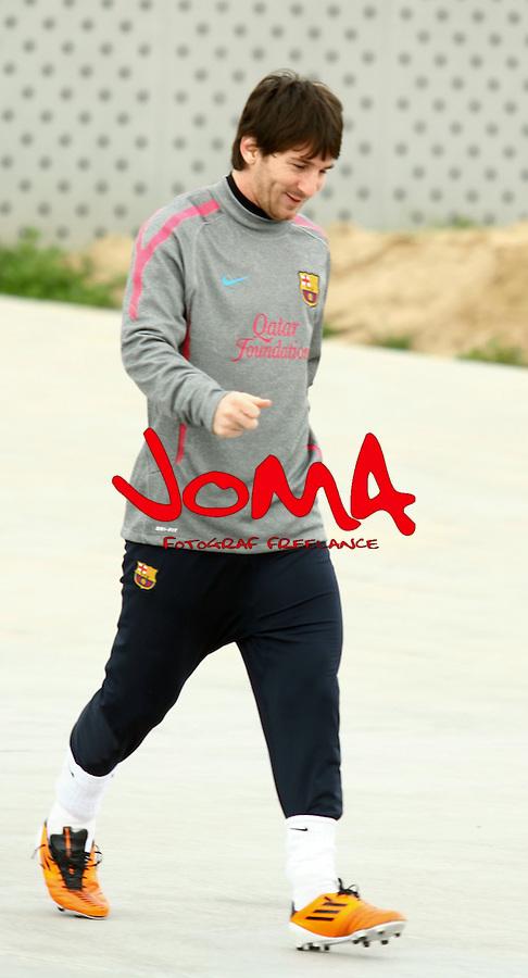 El FC Barcelona entrana con la nueva camiseta luciendo Qatar Fundation
