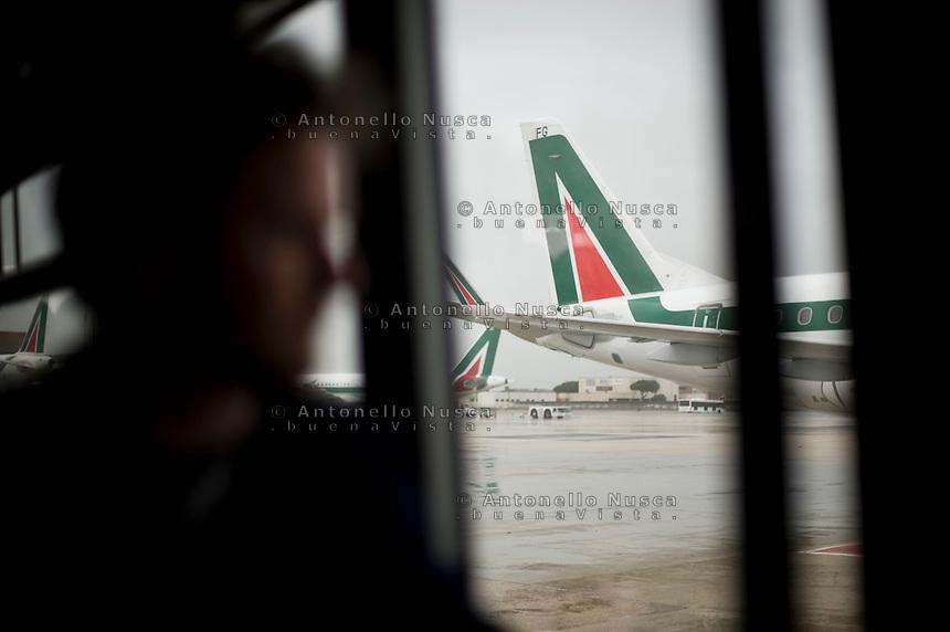 Passeggeri all'aeroporto Leonardo da Vinci, prima di imbarcarsi su un volo dell'Alitalia