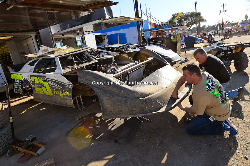 Feb 17, 2014; 4:31:09 PM;  Barberville, FL, USA;  World of Outlaws Late Model Series for 43rd Annual DIRTcar Nationals presented by Summit Racing Equipment at Volusia Speedway Park.  Mandatory Credit: (thesportswire.net)