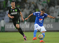 MEDELLIN-COLOMBIA- 03-12-2016: Andres Uribe Atlético de Atlético Nacional disputa el balón con Maximiliano Nuñez  Millonarios   durante encuentro  por los cuartos de final vuelta de la Liga Aguila II 2016 disputado en el estadio Atanasio Girardot./ Andres Uribe of Atletico Nacional vies the ball with Maximiliano Nuñez of Milonarios during second leg match  for the quarter-final round the Aguila League II 2016 played at Atanasio Girardot stadium . Photo:VizzorImage / León Monsalve / Contribuidor