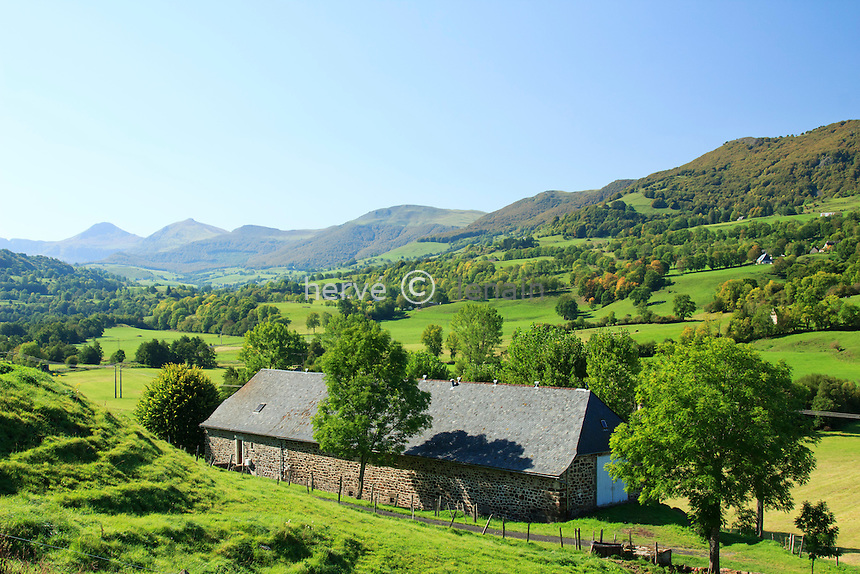 France, Cantal (15), Monts du Cantal, Cheylade, grange dans la vallée de la petite Rhue // France, Cantal, Monts du Cantal, Cheylade, barn in the valley of the Petite Rhue