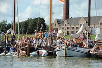 SKUTSJESILEN: LEMMER: Lemster baai, IJsselmeer, 09-08-2012, SKS skûtsjesilen, wedstrijd Lemmer II, ook veel toeschouwers liggen met bootjes in de baai om de wedstrijd te bekijken, op de achtergrond het ir.D.F. Woudagemaal, ©foto Martin de Jong