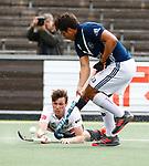 AMSTELVEEN  -   Wiegert Schut (Adam) met Alexander Hendrickx (Pinoke)  Hoofdklasse hockey heren ,competitie, heren, Amsterdam-Pinoke (3-2)  . COPYRIGHT KOEN SUYK