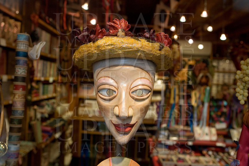 Una maschera in vetrina in un negozio di Venezia.<br /> A mask displayed at a window shop in Venice.<br /> UPDATE IMAGES PRESS/Riccardo De Luca