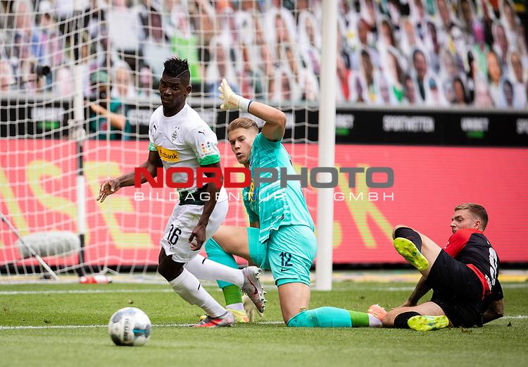 Breel Embolo (Bor. Moenchengladbach) (links) gegen Torwart Dennis Smarsch (Hertha BSC Berlin) (mitte) und Alexander Esswein (Hertha BSC Berlin) (rechts).<br /><br />27.06.2020, Fussball, 1. Bundesliga, Saison 2019/20, 34. Spieltag, Borussia Moenchengladbach - Hertha BSC Berlin, <br /><br />Foto: MORITZ MUELLER/POOL/via/Meuter/Nordphoto<br />Only for Editorial use