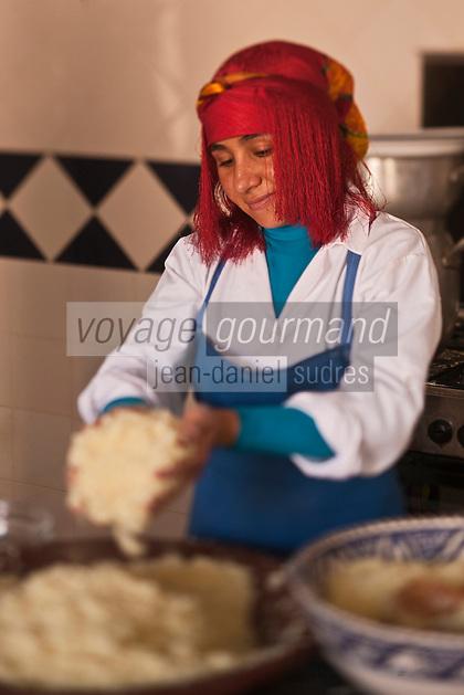 Afrique/Afrique du Nord/Maroc/Province d'Agadir/Tighanimine Elbaz: Ecolodge Atlas Kasbah- En cuisine préparation du couscous marocain, séparation des grains de la semoule