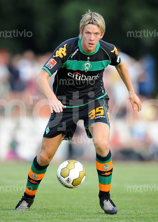 FUSSBALL     1. BUNDESLIGA     SAISON 2008/2009     TESTPIEL TSV Ottersberg - SV Werder Bremen       11.07.2008 Peter NIEMEYER (SV Werder Bremen) Einzelaktion am Ball