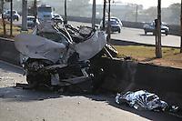 FOTO EMBARGADA PARA VEICULOS INTERNACIONAIS. SAO PAULO, SP, 29/09/2012, ACIDENTE FATAL. Na madruga desse Sabado (29) um motorista morreu apos o veiculo que dirigia cair da ponte que liga a Marginal Tieta a Rod. Anhanguera. A quede de cerca de 30 metros foi fatal ao motorista que ainda foi  atendido pelo bombeiros, mas faleceu no local. Luiz GUarnieri/ Brazil Photo Press.