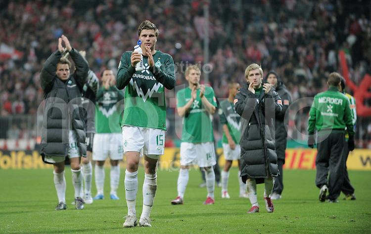 Fussball DFB Pokal:  Saison   2010/2011    2. Hauptrunde  26.10.2010 FC Bayern Muenchen - SV Werder Bremen Enttaeuschung SV Werder Spieler; Philipp Bargfrede, Sebastian Proedl und Marko Marin (v.li.) mit Dank an die Fans
