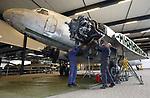 Foto: VidiPhoto<br /> <br /> OVERLOON &ndash; Vrijwilligers gaan dinsdag in Oorlogsmuseum Overloon aan de slag met hun nieuwste aanwinst, een C-47 uit 1942, een militaire variant op de DC-3. Het is het grootste oorlogsproject ooit van het museum. Dit exemplaar is ingezet bij de grootste paradropping in de Tweede Wereldoorlog, Operatie Varsity, waarbij in maart 1945 14.000 geallieerden over de Rijn werden gevlogen. De mogelijk nog rijkere historie van het transport- en manschappenvliegtuig wordt nog onderzocht. Zo is het vrijwel zeker dat in deze DC para&rsquo;s hebben gezeten die Nederland hebben bevrijd. In de oorlog zijn er meer dan 10.000 van dit soort toestellen ingezet, daarna deden de overgebleven exemplaren  wereldwijd dienst als passagiersvliegtuig. Door zijn traagheid en het gebrek aan bepantsering en bewapening zijn er in de oorlog veel uit de lucht geschoten. Ook de C-47 van Overloon zit vol met kogelgaten. Het vliegtuig heeft jarenlang dienst gedaan bij de Franse marine en op een lijndienst in Zuid-Amerika. Het heeft sinds 2008 niet meer gevlogen. Het restauratieproject neemt zeker twee jaar in beslag.