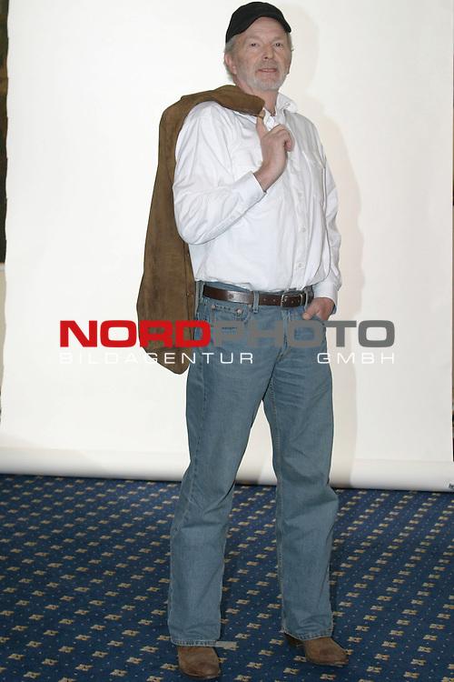 Fotocall zu &quot;Sterne leuchten auch am Tag&quot;, ZDF-Fernsehfilm, Ausstrahlung am 6.Dezember 2004<br /> <br /> Michael Gwisdek, Ganzkoerper, mit Cap, salopp mit Jacke ueber Schulter<br /> <br /> Foto &copy; nordphoto / Volker Sarbach<br />  *** Local Caption *** Foto ist honorarpflichtig! zzgl. gesetzl. MwSt.<br />  Belegexemplar erforderlich<br /> Adresse: nordphoto<br /> Georg-Reinke-Strasse 1<br /> 49377 Vechta