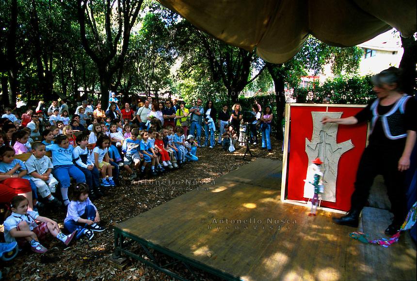 Bambini assistono ad uno spettacolo nel parco giochi di Collodi.