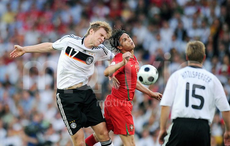 FUSSBALL EUROPAMEISTERSCHAFT 2008  Portugal - Deutschland    19.06.2008 Nuno Gomes (mitte, POR) gegen Per Mertesacker (li, GER)
