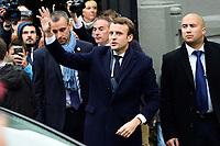 Emmanuel Macron all'uscita dalla sua casa<br /> Parigi 7/5/2017 Il candidato alle presidenziali francesi con il suo partito di centro, En Marche, al voto, dove lo aspetta una folla di sostenitori. Il candidato e' andato a votare con la moglie.<br /> Emmanuel Macron - candidat En Marche aux elections presidentielles de 2017<br /> et sa femme Brigitte Trogneux sortent du bureau de vote <br /> ambiance devant l hotel de Ville du Touquet<br /> Foto JB Autissier / Panoramic / Insidefoto