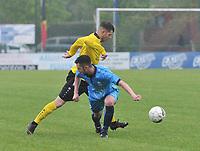 SCT MENEN - SVELTA MELSELE :<br /> Dieter Meulenyzer (geel) zet Jef Van Puyvelde (blauw) in de wind<br /> <br /> Foto VDB / Bart Vandenbroucke