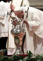 Papa Francesco soffia in un'anfora contenente l'olio santo durante la celebrazione della Messa del Crisma in occasion del Giovedi' Santo, nella Basilica di San Pietro, Citta' del Vaticano, 13 aprile 2017.<br /> Pope Francis blows in an amphora to bless the Holy oil as he leads the Chrism Mass in Saint Peter's Basilica at the Vatican, on April 13, 2017. During the mass the Pontiff blesses Chrism oils that will be used for the religious sacraments over the following 12 months.<br /> UPDATE IMAGES PRESS/Isabella Bonotto<br /> STRICTLY ONLY FOR EDITORIAL USE