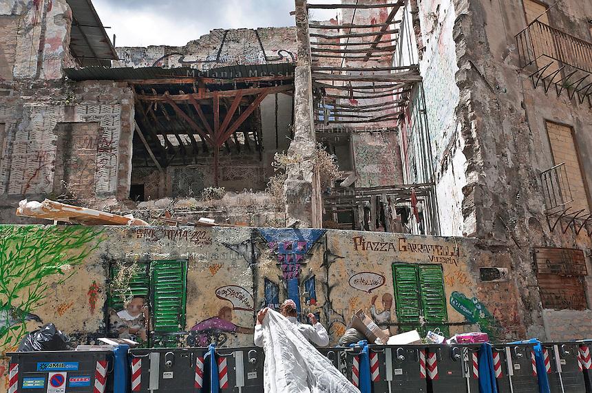 """Palermo: Le rovine di un palazzo alla """"Vucciria"""" dipinte dall'artista austriaco Uwe Jantsch..Palermo: The ruins of a building in the neighborood """"Vucciria"""" painted by the Austrian artist Uwe Jantsch."""