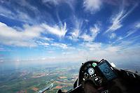 Blick aus einem Cockpit eines Segelflugzeugs: EUROPA, DEUTSCHLAND, (EUROPE, GERMANY), 21.05.2018: Blick aus einem Cockpit eines Segelflugzeugs. Durch den Wind zerzauster Cirrus über Cumulus
