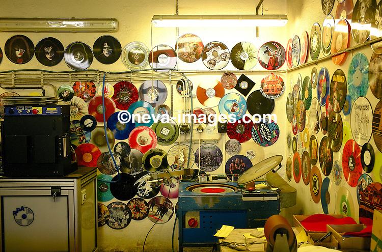 Lodenice, le 5 mars 2014, GZ Media, frbricant de disques Vinyle pour lesw grande entreprises de distribution de musique, ici on grave les master en nickel pour ensuite les reproduire et les presser en Vinyle. © sedrik nemeth