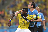 FUSSBALL WM 2014                ACHTELFINALE Kolumbien - Uruguay                  28.06.2014 Diego Godin (hinten, Uruguay) greift sich Jackson Martinez (vorn, Kolumbien)