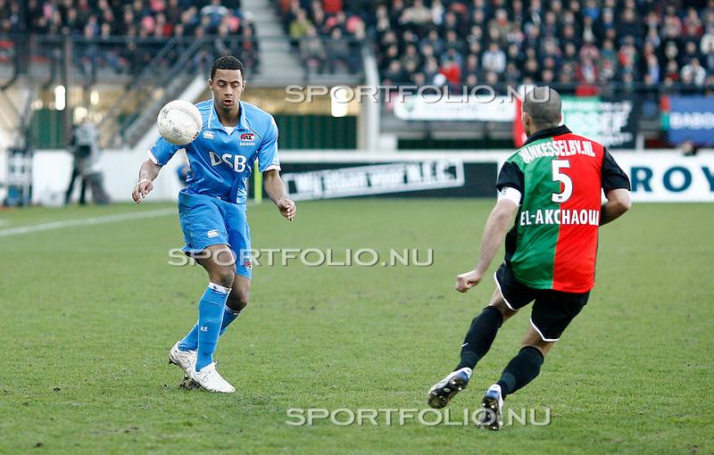 Nederland, Nijmegen, 8 maart 2009 .Eredivisie.Seizoen 2008-2009 .N.E.C-AZ  (0-1) .Moussa Dembele (l) van AZ in actie met bal. Rechts Youssef El-Akchaoui van N.E.C.