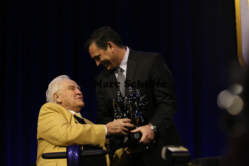 Trainerlegende Don Shula mit Gewinner Michael Burnett bei der Verleihung des Don Shula High School Coach of the Year Award - Super Bowl 50 NFL Commissioner Pressekonferenz, Moscone Center San Francisco