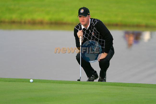 Peter Hanson lines up his putt on the 18th green in the Session 3 Foursomes and Fourball Matches during Day 3 of the The 2010 Ryder Cup at the Celtic Manor, Newport, Wales, 3rd October 2010..(Picture Eoin Clarke/www.golffile.ie)