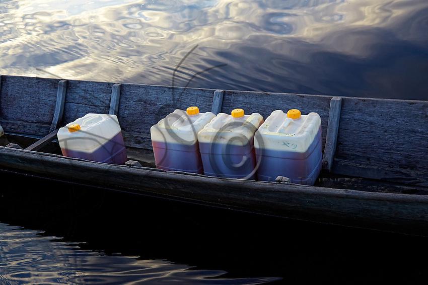 On his 52-years-old pirogue, Suharjo, fisherman and beekeeper, brings the honey from his harvest to the association APDS. Eighteen tons of honey were produced in 2014 by the members of the APDS. ///Sur sa pirogue, 52 ans, Suharjo, pêcheur et apiculteur, apporte le miel de ses récoltes à l'association APDS. Dix huit tonnes de miel ont été produites en 2014 par les membres d'APDS.