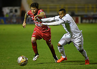 TUNJA -COLOMBIA, 19-09-2016. Uvaldo Luna (Izq) jugador de Patriotas FC disputa el balón con Harrison Canchimbo (Der) jugador de Alianza Petrolera durante partido por la fecha 13 de la Liga Águila II 2016 realizado en el estadio La Independencia en Tunja./ Uvaldo Luna (L) player of Patriotas FC fights for the ball with Harrison Canchimbo (R) player of Alianza Petrolera during match for the date 13 of Aguila League II 2016 at La Independencia stadium in Tunja. Photo: VizzorImage/César Melgarejo/Cont
