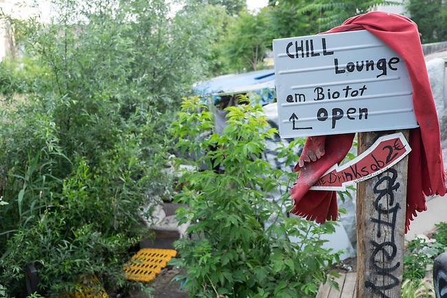Die &quot;Cuvry-Brache&quot; in Berlin-Kreuzberg.<br /> Ein Investor will auf dem seit Jahrzehnten leerstehenden Gelaende direkt an der Spree einen lukrativen Geschaeftskomplex mit Wohnanteil bauen. Auf der &quot;Cuvry-Brache&quot; haben sich in den vergangenen Jahren Obdachlose, und Aussteiger mit Zelten und selbstgebauten Huetten angesiedelt. Am Spreeufer geniessen Jugendliche im Sommer die Abende.<br /> Allerdings gibt es auch immer wieder Probleme und Auseinandersetzungen unter den Bewohnern der &quot;Cuvry-Brache&quot;, die nur durch die Polizei geschlichtet werden koennen.<br /> 16.6.2014, Berlin<br /> Copyright: Christian-Ditsch.de<br /> [Inhaltsveraendernde Manipulation des Fotos nur nach ausdruecklicher Genehmigung des Fotografen. Vereinbarungen ueber Abtretung von Persoenlichkeitsrechten/Model Release der abgebildeten Person/Personen liegen nicht vor. NO MODEL RELEASE! Don't publish without copyright Christian-Ditsch.de, Veroeffentlichung nur mit Fotografennennung, sowie gegen Honorar, MwSt. und Beleg. Konto:, I N G - D i B a, IBAN DE58500105175400192269, BIC INGDDEFFXXX, Kontakt: post@christian-ditsch.de]