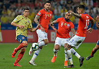 SAO PAULO – BRASIL, 28-06-2019: John Stefan Medina de Colombia disputa el balón con Guillermo Maripan, Arturo Vidal y Erick Pulgar de Chile durante partido por cuartos de final de la Copa América Brasil 2019 entre Colombia y Chile jugado en el Arena Corinthians de Sao Paulo, Brasil. / xxx of Colombia vies for the ball with xxx of Chile during the Copa America Brazil 2019 quarter-finals match between Colombia and Chile played at Arena Corinthians in Sao Paulo, Brazil. Photos: VizzorImage / Julian Medina / Cont /