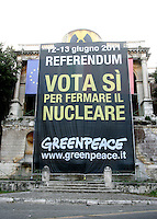Striscione di Greenpeace durante un'azione antinucleare sulla terrazza del Pincio, Roma, 25 maggio 2011..A banner is seen, during an antinuclear protest attended by Greenpeace activists at Pincio's terrace, Rome, 25 may 2011. A referendum on nuclear power in Italy is scheduled for 12 and 13 june..UPDATE IMAGES PRESS/Riccardo De Luca
