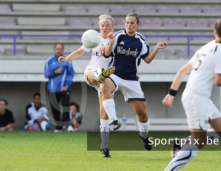 DVC Zuid West - Club Brugge Dames : duel tussen Isabelle Plaisier (links) en Joke Verlinde.foto VDB / BART VANDENBROUCKE