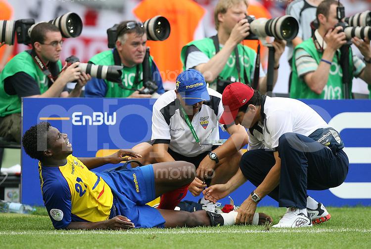 Fussball WM 2006   Achtelfinale   England 1-0 Ecuador Carlos Tenorio (ECU) verletzt am Boden