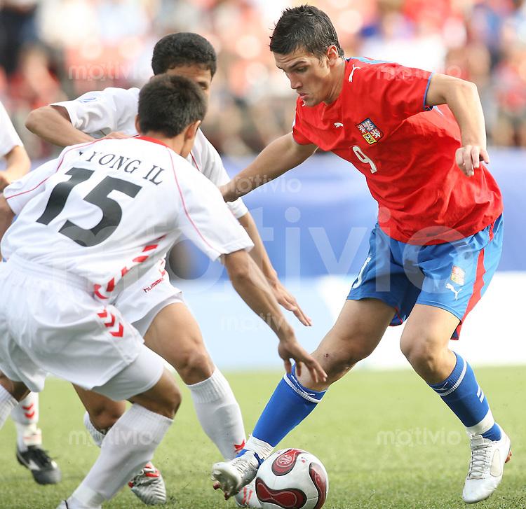 Fussball International U 20 WM  Tschechische Republik - Nordkorea Martin FENIN (CZE, re.) gegen Yong ll YUN (PKR,li.) .