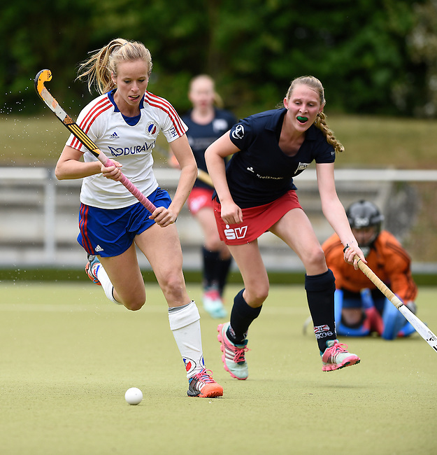 Ruesselsheim, Germany, May 16: During the 1. Bundesliga Damen match between Russelsheimer RK (dark blue) and Mannheimer HC (white) on May 16, 2015 at Ruesselsheimer RK in Ruesselsheim, Germany. Final score 1-6 (1-4). (Photo by Dirk Markgraf / www.265-images.com) *** Local caption *** Greta Lyer #10 of Mannheimer HC, Antonia Wilfer #20 of Ruesselsheimer RK