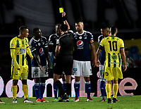 BOGOTA - COLOMBIA - 01 – 04 - 2018: Edwin Ferney Trujillo (Cent.), arbitro, muestra tarjeta amarilla a Jair Palacios (3 Izq.) jugador de Millonarios, durante partido de la fecha 12 entre Millonarios y Atletico Bucaramanga, por la Liga Aguila I 2018, jugado en el estadio Nemesio Camacho El Campin de la ciudad de Bogota. / Edwin Ferney Trujillo (C), referee, shows yellow card to Jair Palacios (3 L), player of Millonarios during a match of the 12th date between Millonarios and Atletico Bucaramanga, for the Liga Aguila I 2018 played at the Nemesio Camacho El Campin Stadium in Bogota city, Photo: VizzorImage / Luis Ramirez / Staff.