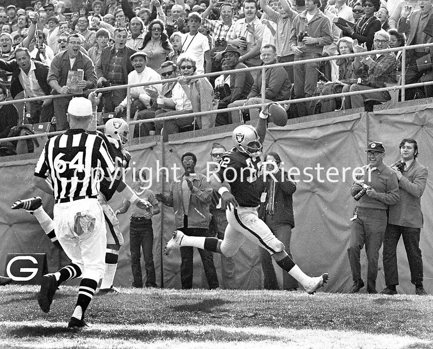 Oakland Raider Don Highsmith scores TD against the Philadelphia Eagles...(1971 photo/Ron Riesterer)