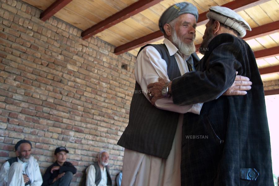 AFGHANISTAN - VALLEE DU PANJSHIR - MALASPEH - 16 aout 2009 : Reunion de deuil, entre hommes, apres l'enterrement de Tahmineh, la niece du cameraman et ami de Massoud, Youssef Jan Nessar, morte noyee dans la riviere. <br /> <br /> AFGHANISTAN - PANJSHIR VALLEY - MALASPEH - August 16th, 2009 : Men gather at the wake for Tahmineh, the 8-year old niece of Youssef Jan Nessar, a cameraman and friend of Massoud's. Tahmineh drowned in the river.